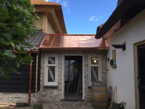 Blank koperen fels dak